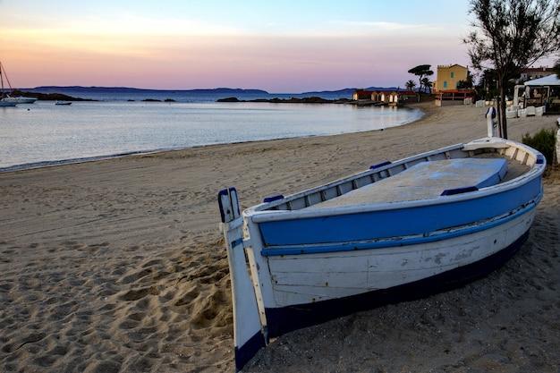 Het strand van saint clair met een boot en gebouwen erop, omringd door de zee en heuvels in frankrijk Gratis Foto
