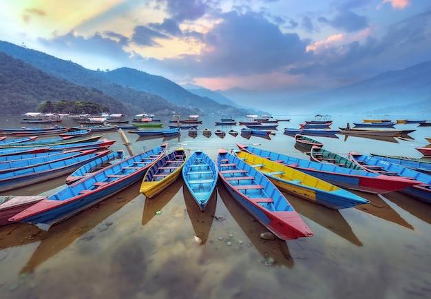 Het symbool van de kleurenboot van phewa-meerkust in pokhara, nepal. Premium Foto