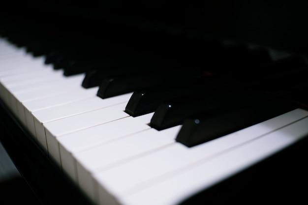 Het toetsenbordachtergrond van de piano met selectieve nadruk. Premium Foto