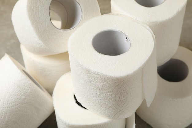 Het toiletpapier op bruine lijst, sluit omhoog Premium Foto
