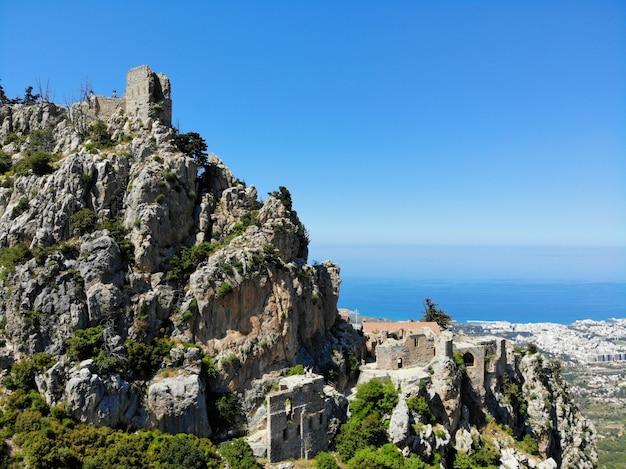 Het turkse deel van noord-cyprus. geweldig uitzicht van bovenaf, bergen en kastelen rondom. gemaakt door drone. Premium Foto