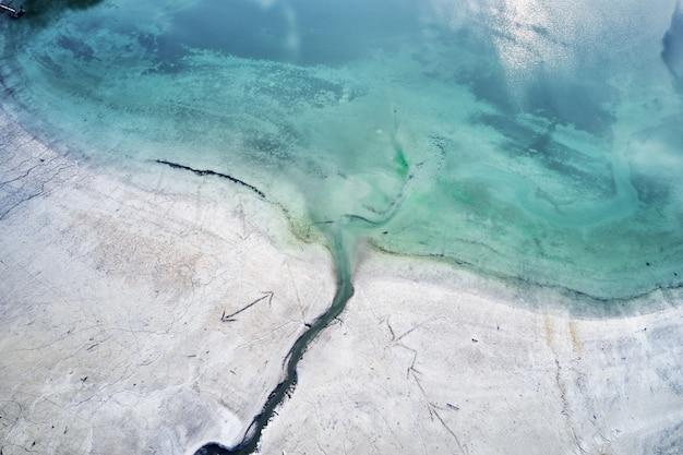 Het turquoise water van de zee naast de kust met gravures van pijlen Gratis Foto