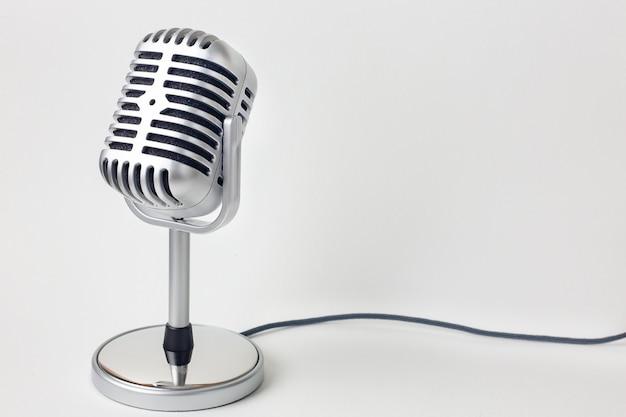 Het uitstekende microfoon dichte omhooggaande beeld op witte achtergrond. Premium Foto