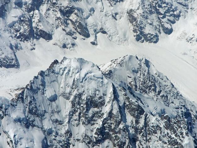 Het uitzicht op de kaukasische bergen vanuit het vliegtuig Premium Foto