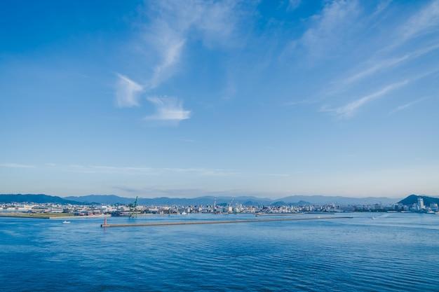 Het uitzicht op takamatsu bay en city terwijl de zon ondergaat. Premium Foto