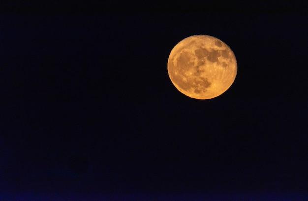 Het vallen van de avond met een volle maan Premium Foto