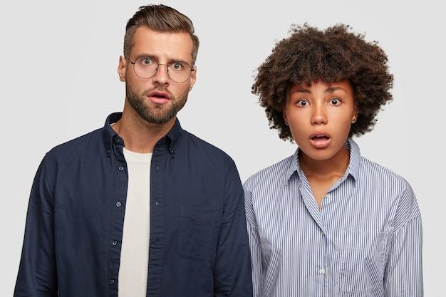 Het verbijsterde familiepaar van gemengd ras reageert op plotseling nieuws Gratis Foto