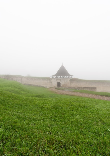 Het verdedigingsfort van het oude kasteel khotyn in de ochtendmist. Premium Foto