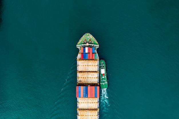 Het verschepen van vrachtcontainervervoer op de luchtfoto van de groene zee Premium Foto