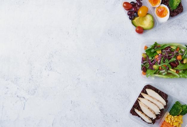 Het verse vakje van de gezonde voedinglunch met plantaardige salade op lijst Premium Foto
