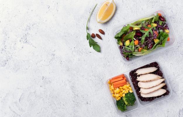 Het verse vakje van de gezonde voedinglunch met plantaardige salade op lijstachtergrond met vrije tekstruimte voor dieetmenu. Premium Foto