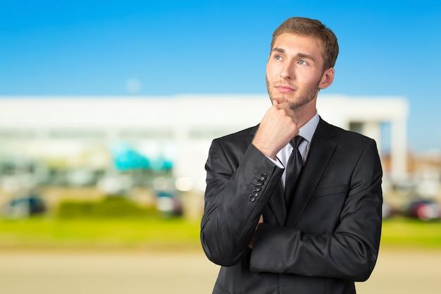 Het verwarde jonge zakenman denken Premium Foto