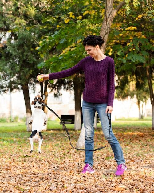Het volledige schot vrouw spelen met haar hond Gratis Foto