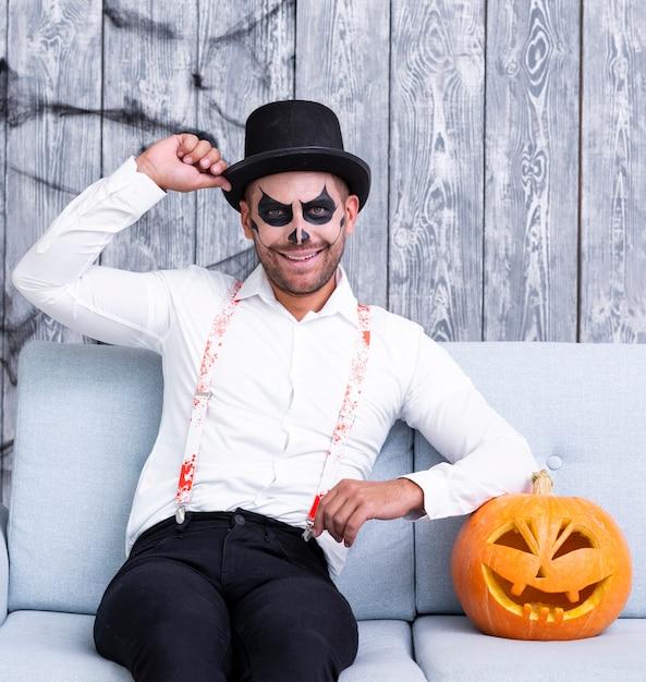 Het volwassen de mens van smiley stellen voor halloween Gratis Foto
