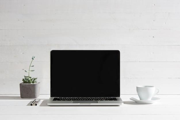 Het vooraanzicht van notebook en kopje koffie. inspiratie en mock-up concept Gratis Foto