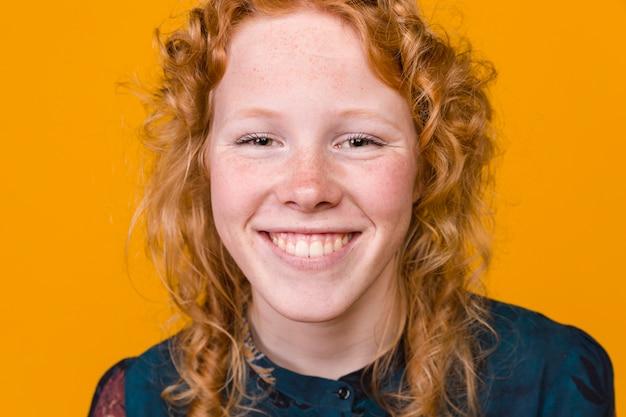 Het vrolijke jonge redhead vrouw glimlachen Gratis Foto