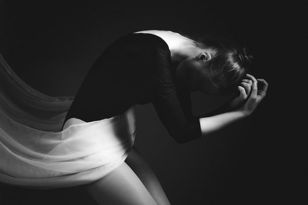 Het vrouwelijke turner stellen op zwarte Premium Foto