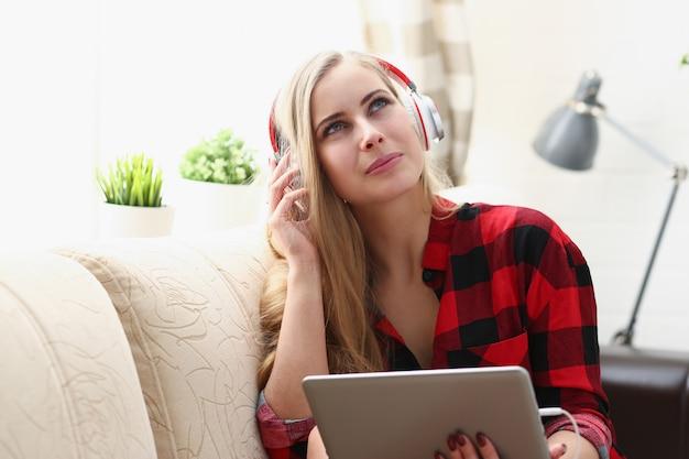 Het vrouwenwerk aangaande laptop luistert muziekhoofdtelefoons Premium Foto
