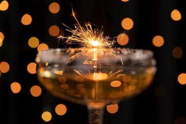 Het vuurwerklicht van de close-up dat door glas wordt weerspiegeld Gratis Foto