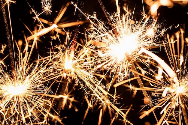Het vuurwerklicht van de close-up op nieuwe jaarnacht Gratis Foto
