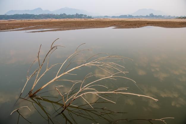 Het water in de mekong-rivier is tot een kritiek niveau gedaald Premium Foto
