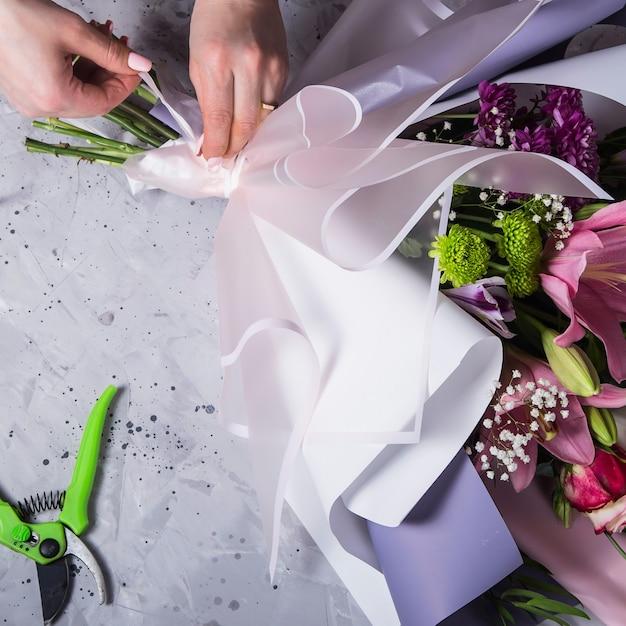 Het werk van de bloemist tijdens het maken van een boeket Premium Foto
