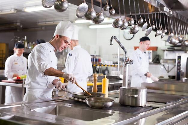 Het werk van de kok in de keuken van het restaurant. Premium Foto