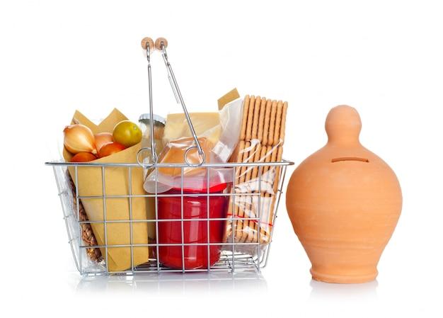 Het winkelmandje met eten en spaarpot Premium Foto