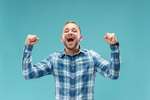 Het winnen van succesmens gelukkig extatisch vieren die een winnaar zijn Gratis Foto