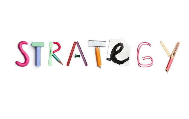 Het woord strategie gemaakt op basis van kantoorbenodigdheden. Gratis Foto