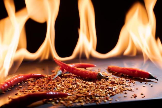 Hete en rode peper op vuur vlam Premium Foto