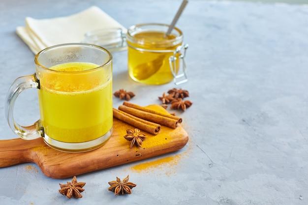 Hete gouden melk met kurkumapoeder in glazen Premium Foto