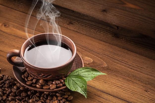 Hete koffie in een kleikop. Premium Foto