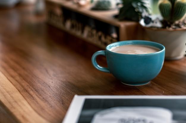 Hete koffiekop met cactus op voorwerpen van de aardewerkdecoratie Premium Foto