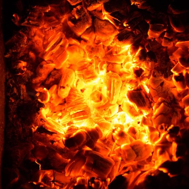 Hete kolen in het vuur. abstracte achtergrond van brandende ember. Gratis Foto