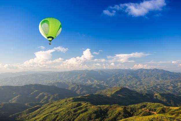 Hete luchtballon over berg Premium Foto