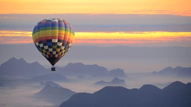 Hete luchtballon over de zee van mist. Premium Foto