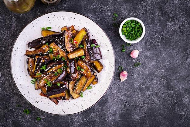 Hete pittige stoofpot aubergine in koreaanse stijl met groene ui Gratis Foto