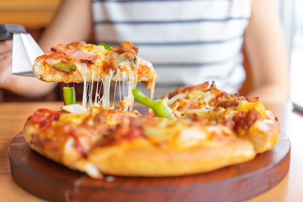 Hete pizzadipbak met pizza-toppings zijn ham, varkensvlees, paprika en groenten, pizza, Premium Foto