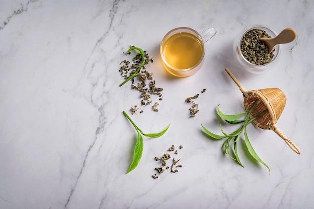 Hete thee in glazen theepot en kopje met stoom Premium Foto
