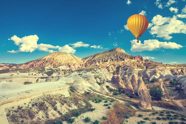 Heteluchtballon boven cappadocië Premium Foto