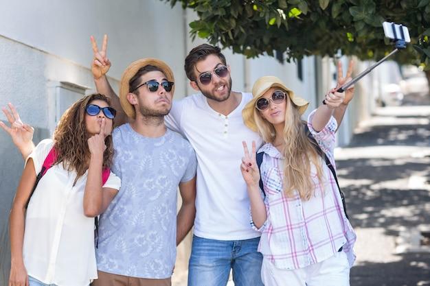 Heupvrienden die selfie op straat nemen Premium Foto