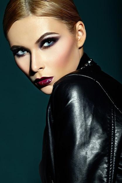 High fashion look.glamor close-up portret van mooie sexy stijlvolle blanke jonge vrouw model met lichte moderne make-up, met donkerrode lippen, met perfecte schone huid Gratis Foto