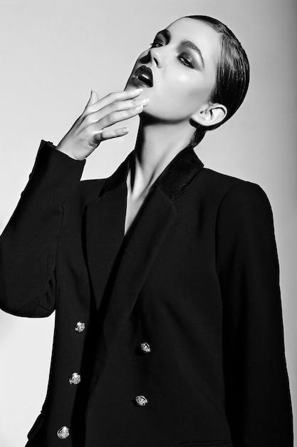 High fashion look.glamor close-up portret van mooie sexy stijlvolle blanke jonge vrouw model Gratis Foto