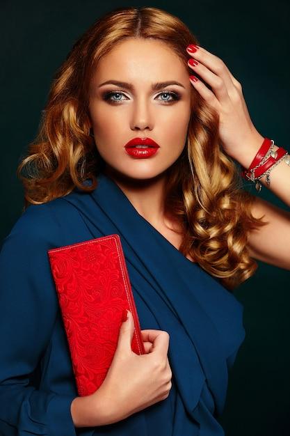 High fashion look.glamor close-up portret van mooie sexy stijlvolle blond blanke jonge vrouw model met lichte make-up, met rode lippen Gratis Foto