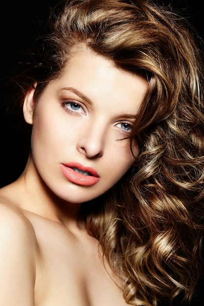 High fashion look.glamor close-up portret van mooie sexy stijlvolle brunette blanke jonge vrouw model met lichte make-up Gratis Foto