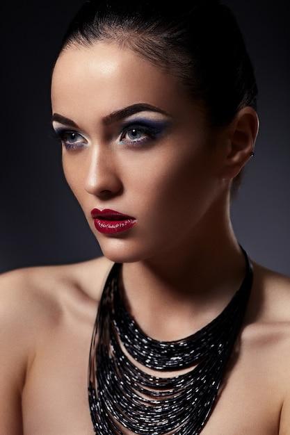 High fashion look.glamor close-up portret van mooie sexy stijlvolle brunette blanke jonge vrouw model Gratis Foto