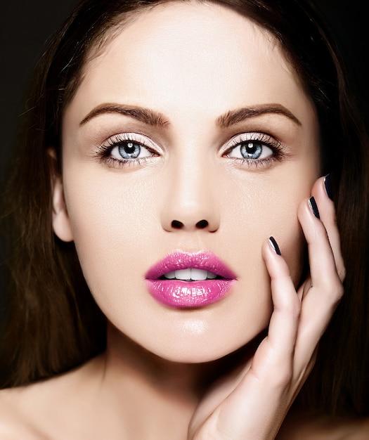 High fashion look.glamor close-up schoonheid portret van mooie blanke jonge vrouw model met naakt make-up met perfecte schone huid met kleurrijke roze lippen Gratis Foto