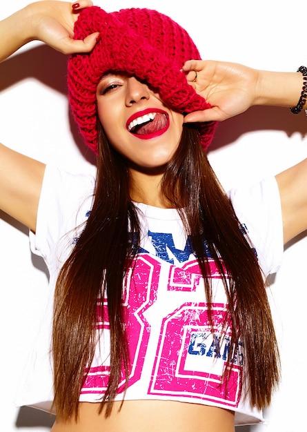 High fashion look.glamor stijlvolle mooie jonge vrouw model met rode lippen in doek van de zomer de heldere kleurrijke hipster Gratis Foto