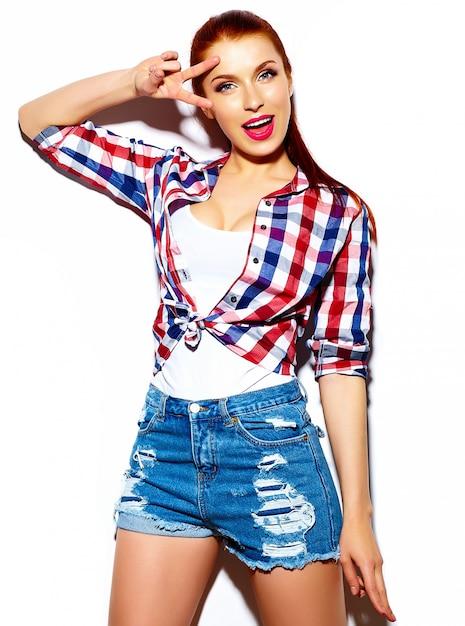 High fashion look.glamor stijlvolle sexy lachende grappige mooie jonge vrouw model in doek van de zomer de heldere blauwe toevallige hipster Gratis Foto